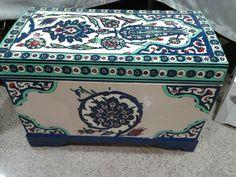 Ahşap boyama çeyiz Sandığı. Old Trunks, Creative Box, Painting On Wood, Fascinator, Decoupage, Decorative Boxes, Crafting, Hand Painted, Memories