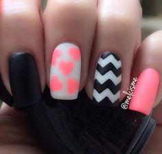 Realmente interesante mirar el arte de uñas invierno en esmalte negro, blanco y rosa.  La variedad de modelos hace que el diseño se vea animado e interesante.