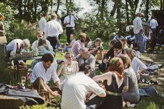 Ett ekovänligt bröllop med champagne picnic! Läs mer om Lucy & Gregors bröllop här.. [An Elegantly Eco-Friendly Wedding] #wedding #bröllop #ecobride