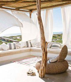 Brilla el sol, la brisa mece las cortinas, naturalidad... ¿quién no quiere una casa en la playa? • West coast holiday home