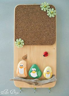 Cute little DIY memo board. The page is in another language but just looking at it I am thinking painted rocks for the birds and bug with a driftwood rest for them all, on a plain pine board with a cork sheet.picture for idea. Pebble Painting, Pebble Art, Stone Painting, Diy Painting, Craft Projects, Diy And Crafts, Crafts For Kids, Arts And Crafts, Stone Crafts