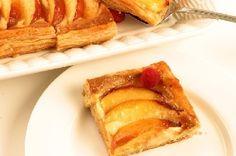 Perzik taart. Perzik taart, Klop de eierdooiers met de helft van de suiker tot ze bleek en romig zijn. Zeef de maizena en de bloem erboven en meng goed. Doe de melk, de rest van de suiker en het vanillestokje in een pan.
