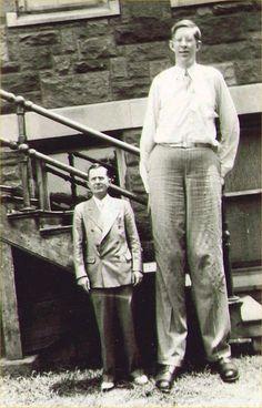 Robert Wadlow fait 1,5 fois la taille du monsieur. Donc Wadlow mesurant 2.72m à sa mort, on peut dire que le gars ici mesure 1.80m.