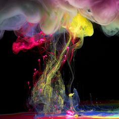 Stunning Underwater Ink Photography Photographer Mark Mawson published these neat underwater ink photographs, part of a series entitled Aqueous Fluoreau. High Speed Photography, Art Photography, Advertising Photography, Digital Photography, Thé Illustration, Illustrations, Handy Wallpaper, Paint Drop, Ink In Water