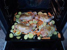 Pollo al horno   1: Cortar los ajos, frotar el exterior e introducir dentro, igual que el tomillo.   2: Untar por fuera con aceite de oliva y extenderlo con las manos por todo el pollo. Agregar pimienta y sal; y un poco de orégano (opcional).  3: echar en la bandeja la zanahoria, la cebolla, también una ramita de tomillo y unos ajos.   Por último: agregar el caldo de pollo y un poco de vino blanco (opcional).  4: Introducir en el horno 220 ª C y tras 20 minutos bajar a 200º C., aprox. 1 hr.
