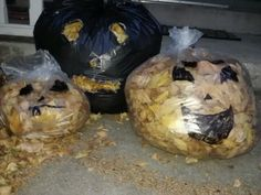 Draw a face on a garbage bag, then stuff it with leaves. Easy holloween decorations