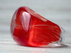 """Wieder eine Feder von """"Jacko"""", ein 26 Jahre alter Kongo-Graupapagei aus Moers, ein wunderschönes sattes Rot, natürlich die Naturfarbe.  Ring Gießharz - Ringgröße 56"""