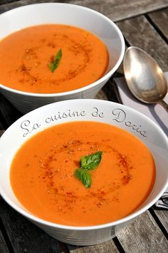 Ingredients for 2 people 3 beautiful tomatoes 2 small potatoes 1 clove of garlic 500 ml of vegetable broth 50 ml of whole liquid fresh cream Olive oil … Veggie Recipes, Vegetarian Recipes, Healthy Recipes, Chowder Recipes, Soup Recipes, Cream Of Tomato, Chilled Soup, Soups And Stews, Queso