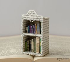 Paper Art - Miniature Library with tiny books - Diorama Miniature Crafts, Miniature Dolls, Diorama, Diy Doll Miniatures, Folded Book Art, Book Sculpture, Mini Things, Handmade Books, Diy Dollhouse