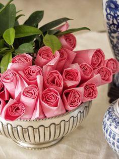 Presentando las servilletas como un ramo de rosas.