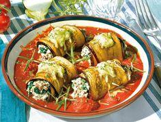 Diese mediterranen Auberginenröllchen fühlen sich pudelwohl in ihrem Tomatenbett und schmecken traumhaft aromatisch.