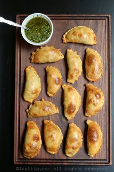 How to make empanadas dough for baking. Easy recipe with step-by-step photos and video for homemade empanada dough. Beef Empanadas, Empanadas Recipe, Empanadas Argentinas Recipe, Mexican Empanadas, Argentine Recipes, Argentina Food, Good Food, Yummy Food, Calzone