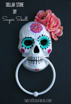 25 Easy and Cheap DIY Halloween Decoration Ideas 25 Easy and Cheap DIY Halloween Decoration IdeasHalloween is just around the corner. It is time to get into the Halloween spirit with some gorgeous and spooky decorations. Many people spend days mak. Costume Halloween, Halloween Party Decor, Spirit Halloween, Fall Halloween, Halloween Crafts, Halloween Ideas, Halloween Makeup, Mexican Halloween, Halloween Queen