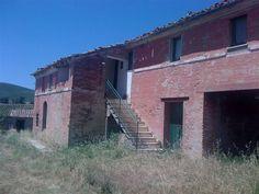 Vendesi casa colonica da ristrutturare sita in zona san girolamo di fermo.L' immobile è disposto