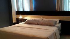 Torre CG6. Habitacion principal : cama hecha a la medida en madera pintada oscura, con franja de vinyl crema en el espaldar, dos mesas de noche suspendidas, Cortinas , lampara de mesa, espejo de cuerpo entero y tramo en madera oscura. Enero 2015