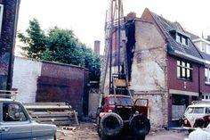 Boterstraat 1969/1970. Hier wordt volledige nieuwbouw gepleegd. Aan de twee verschillende 'afdrukken' van een dakvorm op zijgevel van de kapper is te zien dat er eerder een gebouw met een lagere goothoogte heeft gestaan.