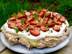 Chokladpavlova med lemoncurd och jordgubbar Hannas bageri is part of Coffee dessert - I Love Food, Good Food, Norwegian Food, Coffee Dessert, Different Cakes, Lemon Desserts, Pavlova, Diy Food, No Bake Cake