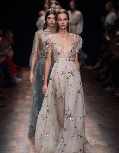 C'est la dernière ligne droite pour cette Fashion Week automne-hiver 2015-2016.  http://www.elle.fr/Mode/Les-news-mode/Autres-news/Fashion-Week-Paris-le-defile-Valentino-en-direct-a-14h30-2925940
