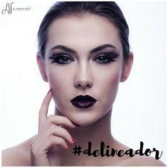 O delineador é um ítem de maquiagem já bastante conhecido da mulherada! E está cada vez mais em alta! Os últimos desfiles em SP e NY mostraram que a tendência será abusar desse aliado para valorizar o olhar! Fica a dica para essa sexta à noite!  #dicadodia #dicasdemake #makeup #maquiagem #delineador #beleza #estetica #brasilia #moda #fashion