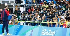 20160812 - Michael Phelps exibe sua medalha de ouro olímpica (a 22ª de sua carreira, até agora) para um batalhão de fotógrafos depois de vencer a prova dos 200m medley nesta quinta-feira (11), no Rio de Janeiro. O norte-americano de 31 anos se tornou o primeiro nadador a ser tetracampeão olímpico na mesma prova individual. Imagem: David Gray/Reuters