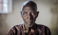 Most of the world's greatest portraits were made using simple natural light photographic techniques without the use of costly and complicated equipment. Luz Natural, Studio Poses, Natural Light Photography, African Men, Lee Jeffries, Candid, Portrait Photography, Nature, People