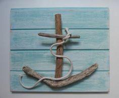 ▷ Ideen und Inspirationen für maritime Deko basteln Anchor with driftwood tinker on wooden board with wood glue sticking. Summer Decoration, Lampe Decoration, Driftwood Projects, Driftwood Art, Driftwood Seahorse, Driftwood Beach, Driftwood Ideas, Seashell Art, Seashell Crafts
