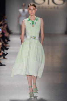 Vestido de trico acinturado verde claro com branco no desfile da GIG Couture no São Paulo Fashion Week.  SPFW | VERÃO 2016 Fotos:Agência Fotosite