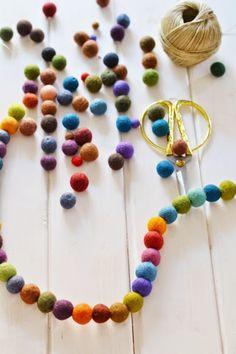 DIY: Guirnalda de bolas de fieltro de colores | Decorar tu casa es facilisimo.com