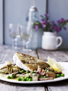 Hake with braised artichokes, peas & bacon (Jamie Oliver) Dinner Party Starters, Easy Starters, Swordfish Recipes, Fatty Fish, Salmon Salad, Organic Chicken, Grilled Salmon, Frozen Peas, Kitchens
