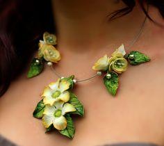 Fleurs réalisées en porcelaine froide http://www.alittlemarket.com/boutique/artmor_creations-34600.html