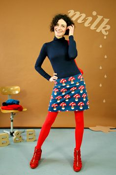 Blue and navy outfit with red tights? Quirky Fashion, 70s Fashion, Colorful Fashion, Winter Fashion, Womens Fashion, Colored Tights Outfit, Grunge Look, 90s Grunge, Grunge Style