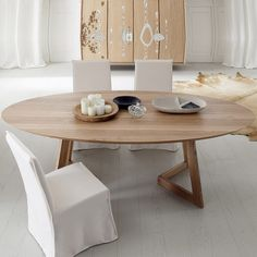 Take a look to some wood and white dining room decor ideas. Table Design, Dining Room Design, Dining Room Furniture, Oval Table, Dining Table, Table Extensible, Home Salon, Solid Wood Table, Interior Design