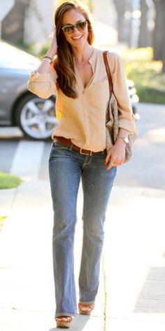 blouse en beige + jean bootcut + ceinturon camel + sandale compensée marron