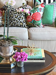Open House Tour-Jennifer from Dimples and Tangles Bold pillows paired with a neutral couch.Bold pillows paired with a neutral couch. Gouts Et Couleurs, Deco Boheme Chic, Boho Chic, Sweet Home, How To Make Pillows, Decoration Table, Home Decor Inspiration, Decor Ideas, Room Ideas