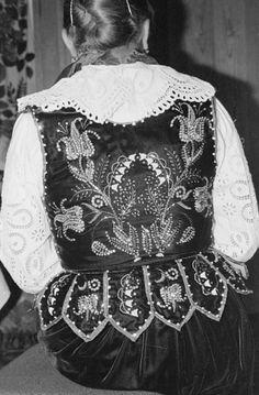 1982 Chochołów vest Polish Folk Art, My Heritage, Fashion Sewing, Doll Patterns, Beaded Embroidery, Ruffle Blouse, Vest, Costumes, Traditional