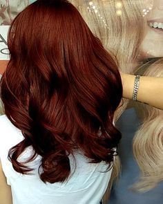 Have you ever wondered what the difference between mahogany and auburn hair color were? Read all about the different shades of red hair dye! Red Hair shades of red hair Hair Color Auburn, Hair Color Highlights, Auburn Highlights, Auburn Hair Copper, Deep Auburn Hair, Dark Copper Hair, Auburn Bob, Medium Auburn Hair, Natural Highlights