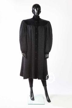 SAINT LAURENT RIVE GAUCHE circa 1981/82 Ample MANTEAU en mohair et velours noir, deux poches