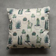 Vrolijk kussentje met cactusprint. De hoesjes zijn aan één kant bedrukt, de andere kant is ecru kleurig. Exclusief vulling, deze is los te bestellen. Afmeting is 45x45 cm.