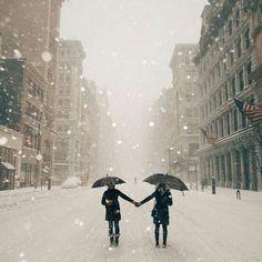 Une es 20 photos magiques et impressionnantes de New York sous la neige : quand la neige tombe là-bas, ça ne rigole pas ! la ville sera bloquée pour au moins 2 jours afin de la déneiger...au Québec nous sommes équipés pour ce genre de tempêtes.J'adore cette photo!