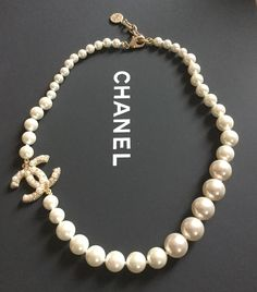 So grown up! A Chanel logo choker. Chanel Pearl Necklace, Chanel Pearls, Chanel Jewelry, Luxury Jewelry, Choker Necklaces, Bling Bling, Bridal Jewelry, Jewelry Gifts, Jewellery