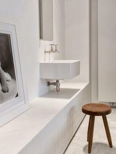 #reforma #baño (presupuestON.com) con lavabo al aire y grifos empotrados, banco de obra y suelo de mármol.
