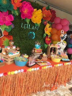 This table setup is perfect for a Moana party! Hawaiian Birthday, Luau Birthday, 4th Birthday Parties, Birthday Party Decorations, Birthday Ideas, Hawaiian Parties, Hawaiian Luau, Moana Party Decorations, Hawaiian Theme