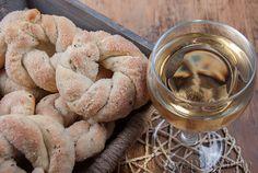На фото печенье в деревянном ящичке и бокал вина рядом