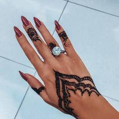 zarte Spitzen-Henna-Muster an Hand und Fingern , Pretty Henna Designs, Henna Tattoo Designs Simple, Mehndi Designs For Fingers, Latest Mehndi Designs, Henna Inspired Tattoos, Small Henna Tattoos, Henna Tattoo Hand, Henne Tattoo, Henna Nails