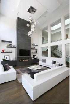 Salon lumineux avec une grande hauteur sous plafond