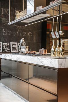 Hoogglans bronze keuken met marmeren aanrechtblad.  www.demulderkeukensopmaat.nl