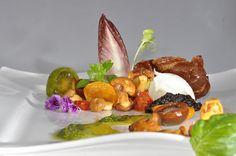 Lauwarm marinierter Pfifferlings-Salat mit Büffel Mozzarella und Speck-Chip mit Basilikum http://www.Restaurant-Tafelhaus.de