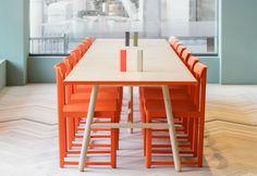 Uno dei tavoli del bistrot Finefood – Kärlek & Mat a Stoccolma. Sedie Seleri di Zilio Aldo, tavolo di Note Design Studio