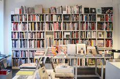 Odla egna ärtskott i köket. Lätt som en plätt Second Hand, Feng Shui, Bookcase, Shelves, Inspiration, Garden, Home Decor, Biblical Inspiration, Shelving