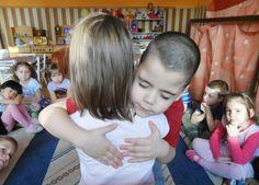 Antal Ágnes tíz éve altatja a gyerekeket zenére. Szerinte mindez pozitív, jótékony hatással van rájuk. Az ajkai Hétszínvirág Óvodában új módszert vezettek